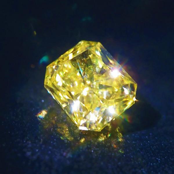 カナリーダイヤモンド Fancy Vivit Yellow Diamond